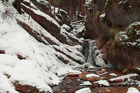 Cascada intr-o iarna